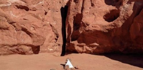 Monolite scomparso, al suo posto una piramide.