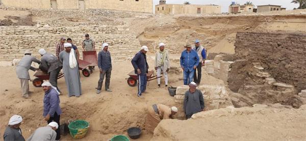 Archeologi egiziani al lavoro nella necropoli.
