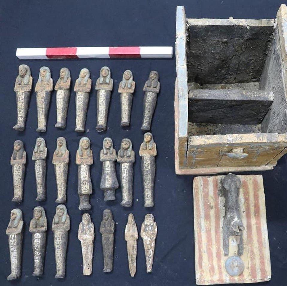 Le statuette ushabti in legno ritrovate nella necropoli a Saqqara in Egitto.